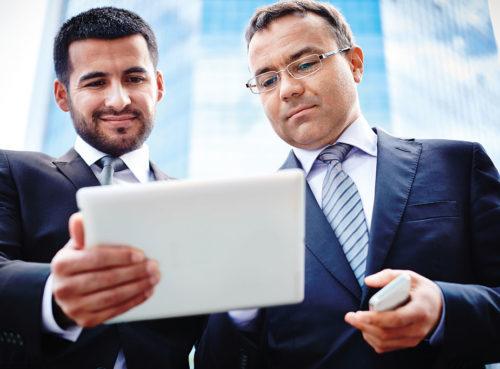 Zwei Männer mit Tablet