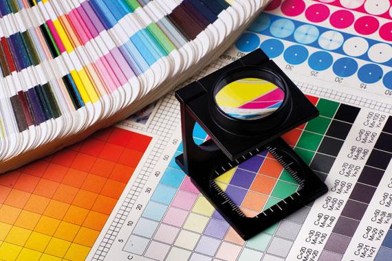 Verschiedene Farbskalen und Lupe
