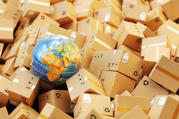 Ein Haufen Pakete mit Globus