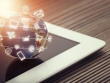 Tablet mit Globus und Animationen