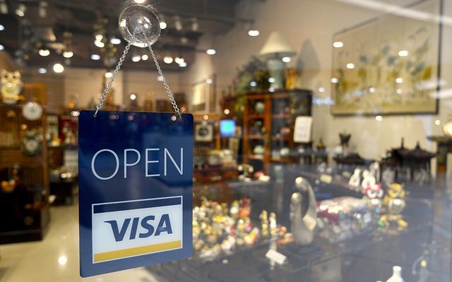 Ladentür mit OPEN-Schild