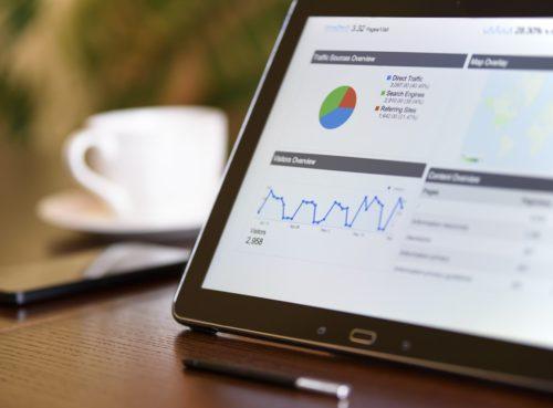 Tablet mit Statistiken auf Tisch
