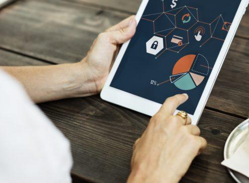 iPad mit Grafiken und Statistiken