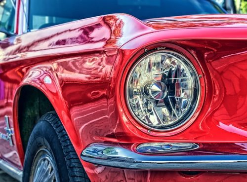 Roter Ford Mustang mit Schweinwerfer