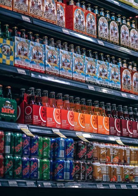 Regal mit vielen verschiedenen Waren in einem Ladengeschäft