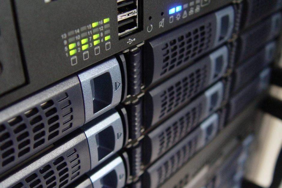 Grau schwarze Server mit grünen Blinklichtern