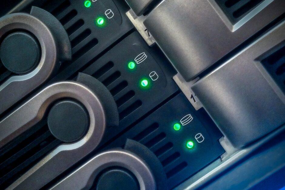 Festplattensteckplätze an NAS mit grünen Lichtern