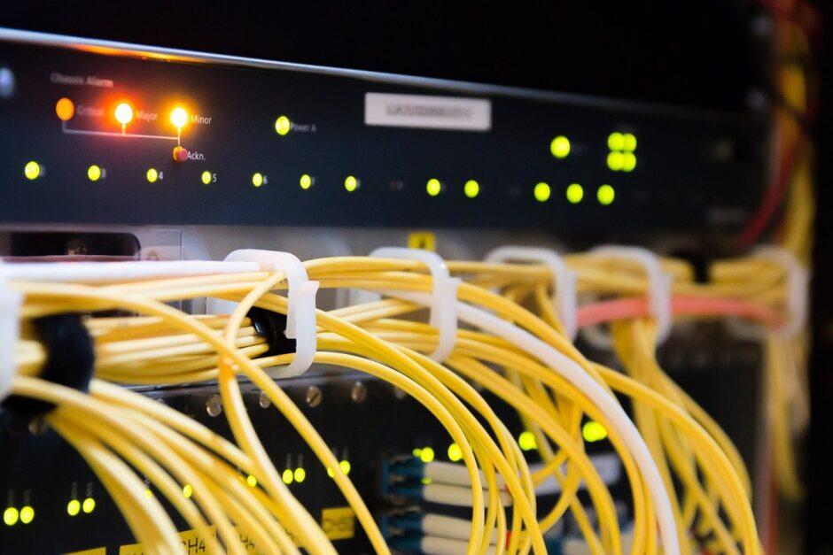 Gelbe Netzwerkkabel verbinden Server