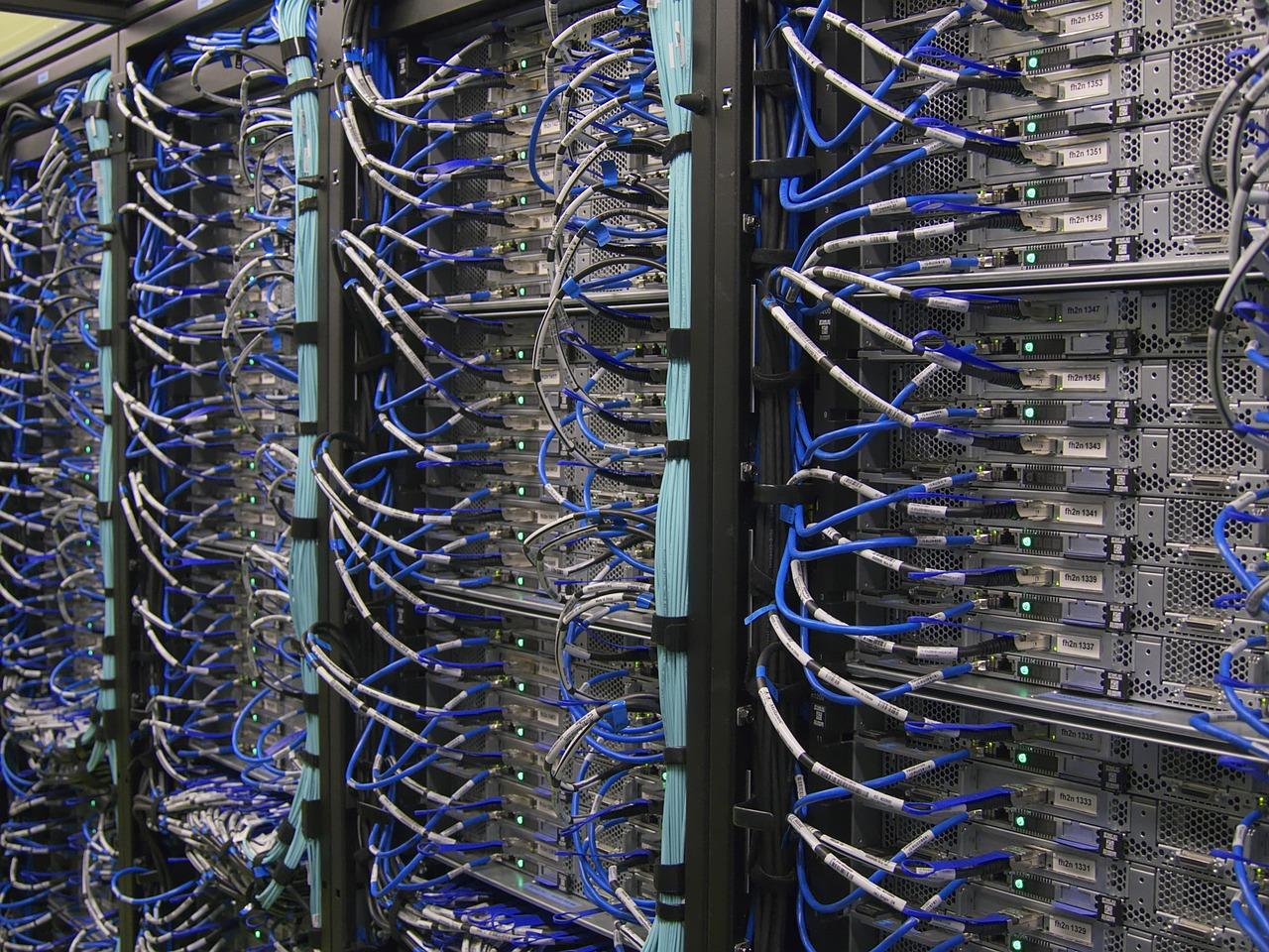 Mehrere Server sind durch blaue Netzwerkkabel miteinander verbunden.